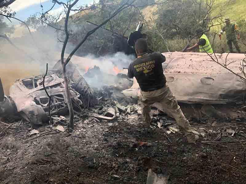 Fallecen dos personas tras caída de aeronave en Atizapán