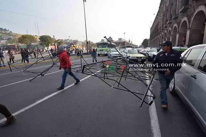 Bloquean ambulantes calles tras operativo de desalojo