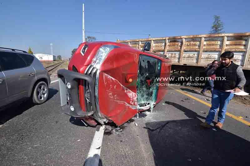 Voltea camioneta tras colisión en la Toluca-Atlacomulco