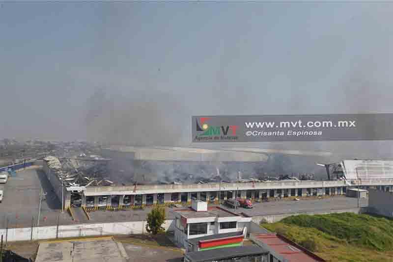 Cenizas quedan en la bodega que incendió en Toluca