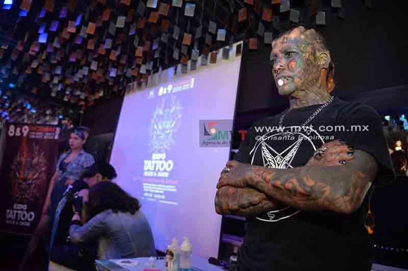 Utiliza su piel como lienzo para mostrar el arte urbano del tatuaje