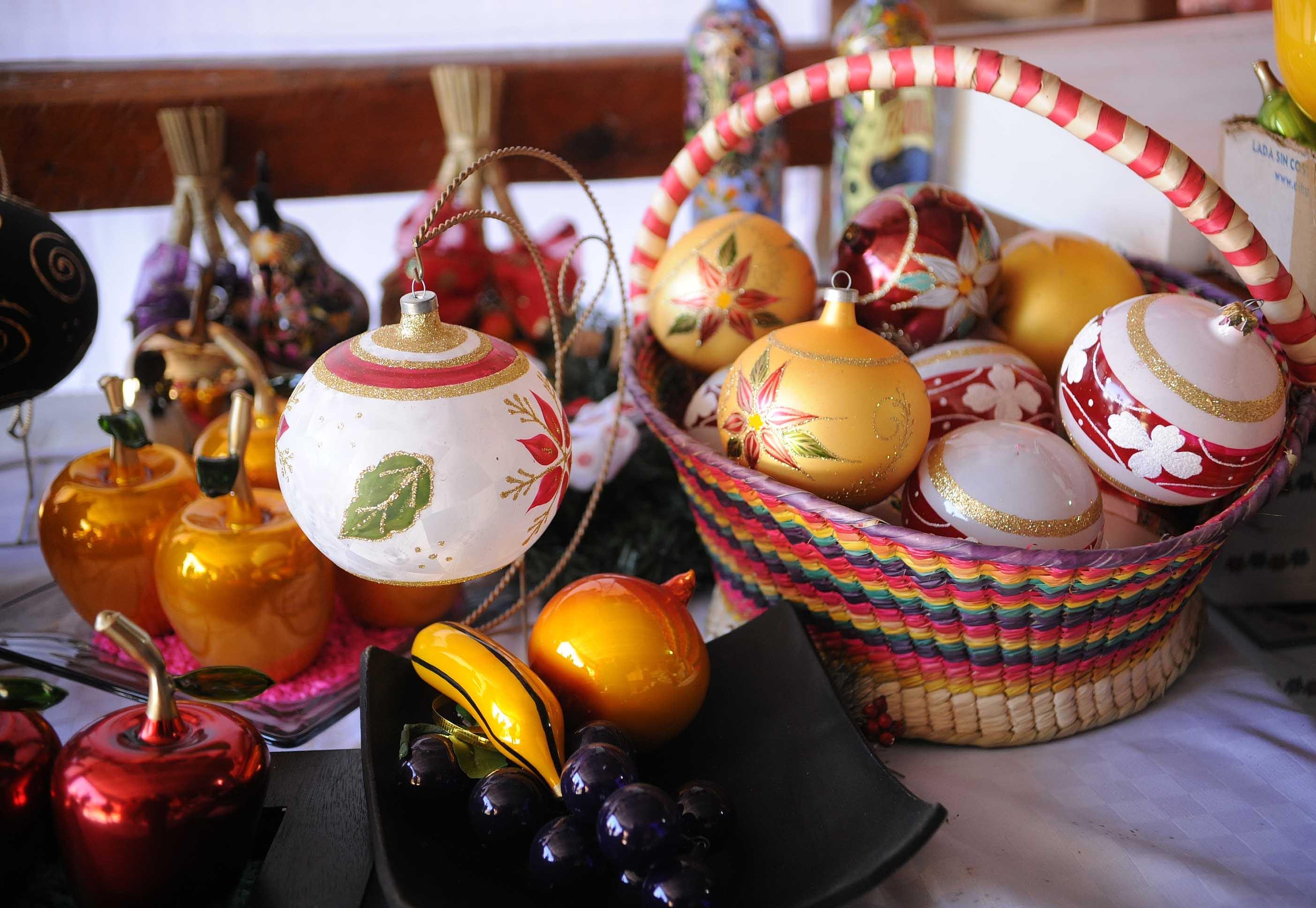 Producen en El Oro hasta cien mil esferas navideñas