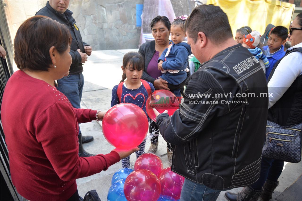 Dona juguetes club de motociclistas en el Hospital del Niño