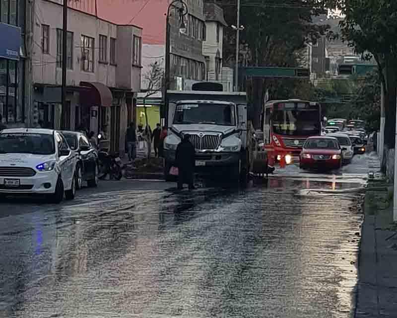 Vierten miles de litros de agua limpia en Avenida Villada