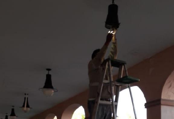 Emprende Toluca mantenimiento del alumbrado en los Portales
