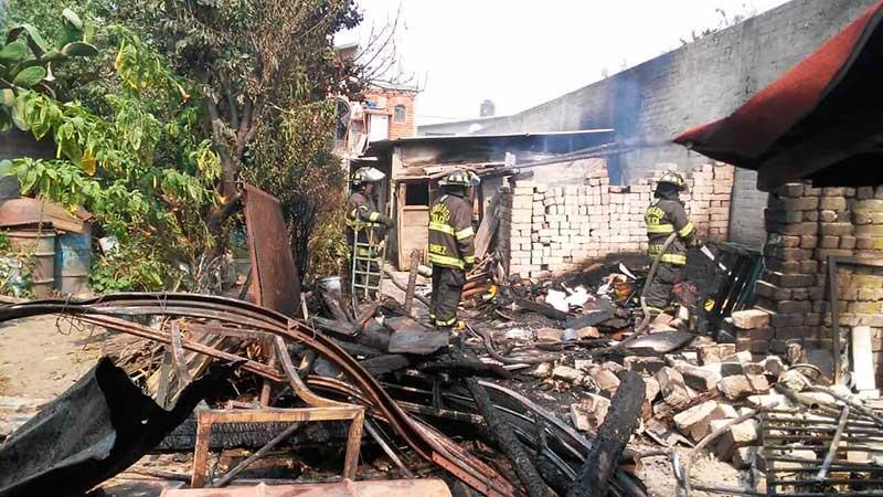 Bomberos de Toluca sofocan incendio de casa en el Seminario