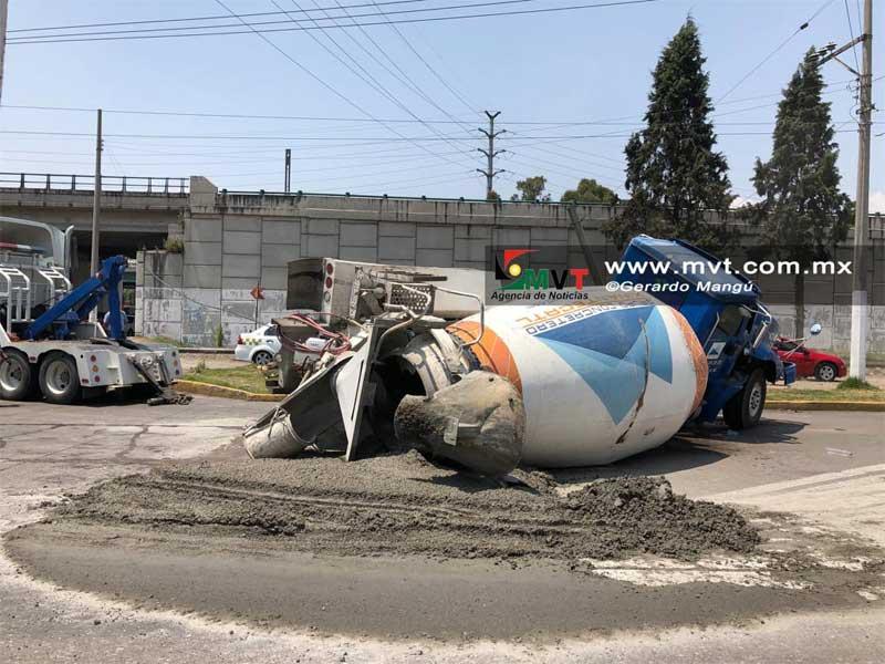 Vuelca revolvedora de cemento en Tollocan