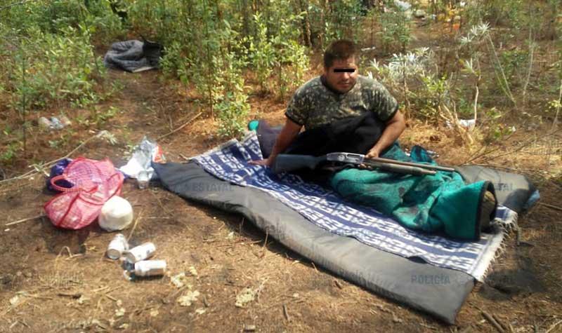 Un sujeto acampaba en un paraje de Coatepec y se le decomisó droga y un arma de fuego