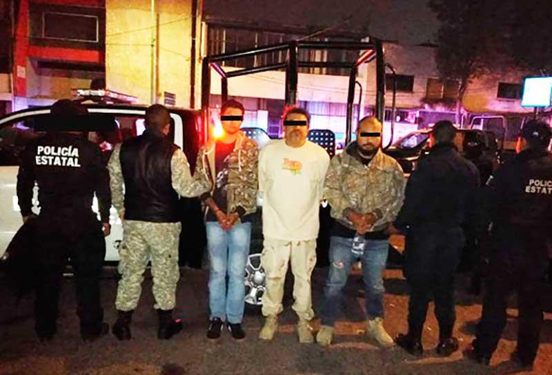 Tras persecución policías detienen en San Mateo Atenco a 3 sujetos con armas largas y droga
