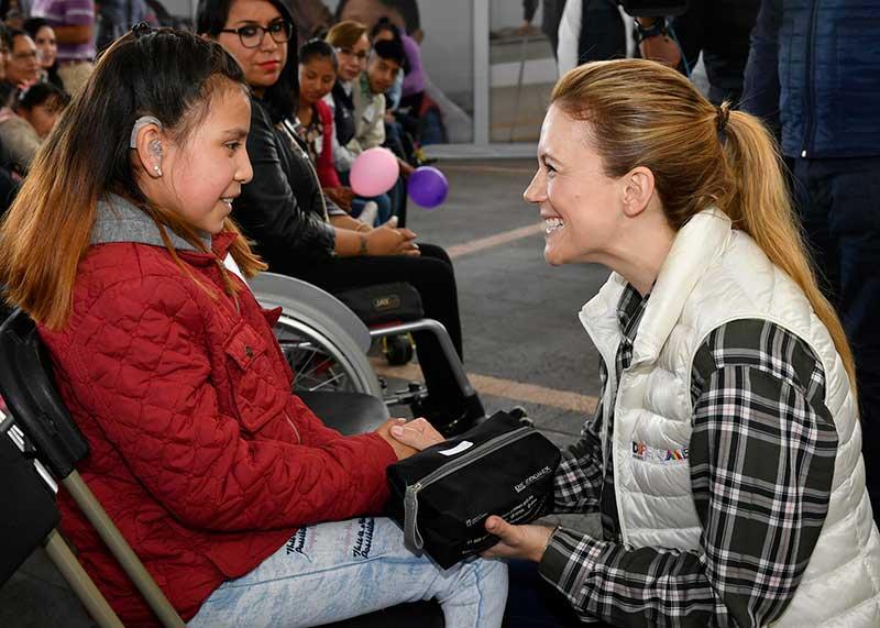Fernanda Castillo inicia entrega estatal de ayudas funcionales a personas con discapacidad
