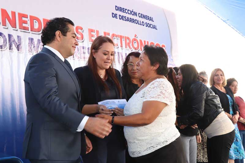 Huixquilucan inició la entrega de los primeros monederos electrónicos de apoyo a mujeres