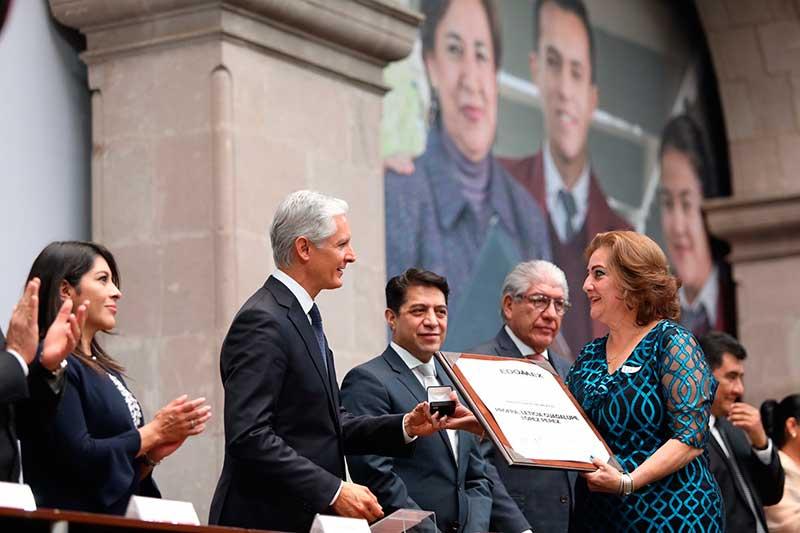 Gobernador Del Mazo entrega reconocimientos y estímulos económicos a educadores mexiquenses