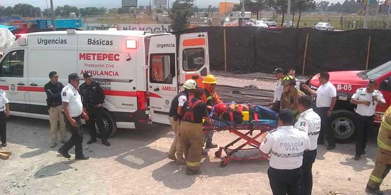 Obrero cae sobre varillas, paramédicos y bomberos de Metepec lo rescatan vivo