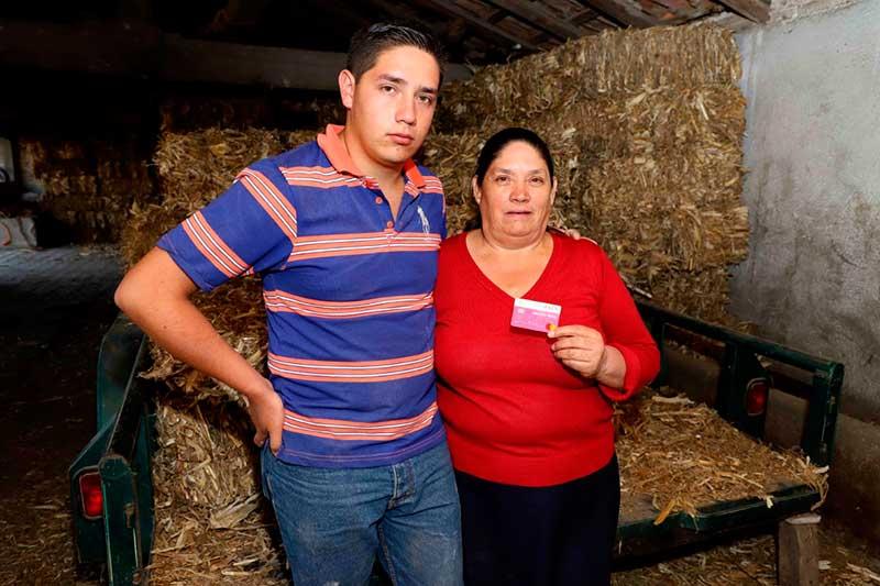 Bernardina, beneficiaria del Almoloya, ocupa el Salario Rosa para la educación de su hijo y atender su salud