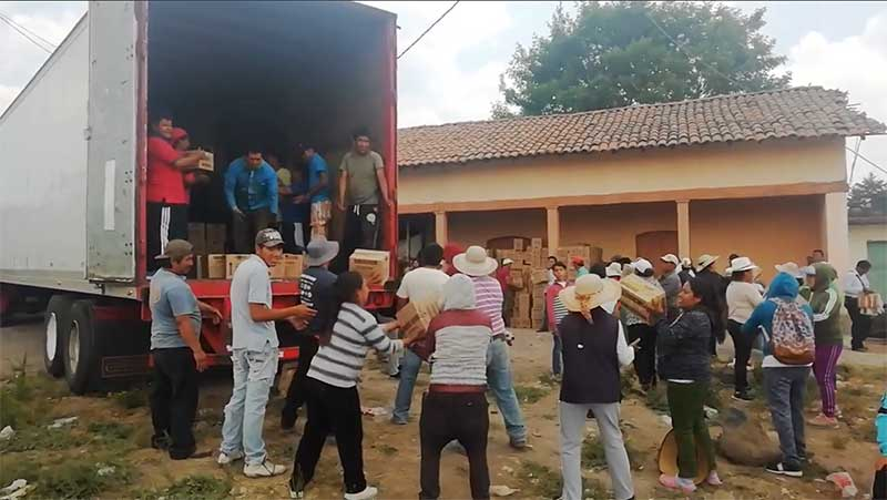 Vuelca trailer y en lugar de hacer rapiña los vecinos resguardaron la mercancía