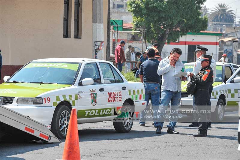 Aplican operativo de verificación a camiones y taxistas, los de Almoloya cierran acceso a Toluca