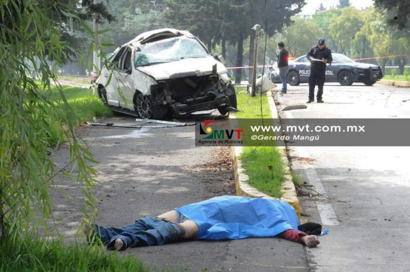 Muere al volcar y salir eyectado de su auto en Tollocan