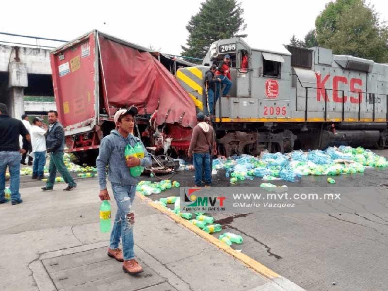 Trailer de refrescos se queda atorado en el tráfico y el tren lo impacta en Toluca