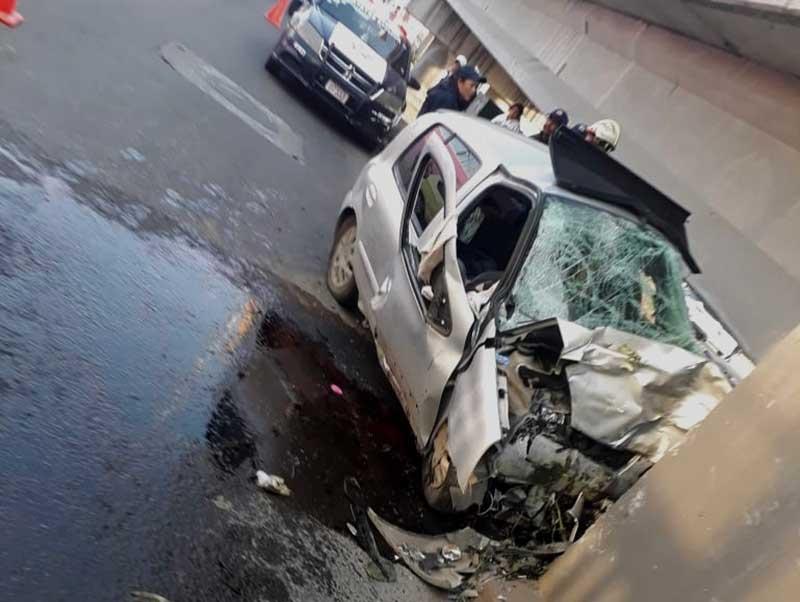 Chocan contra muro de concreto en el distribuidor vial de Santín, una pareja muere.