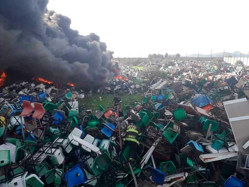 Se quema deshecho de mobiliario escolar al sur de Toluca