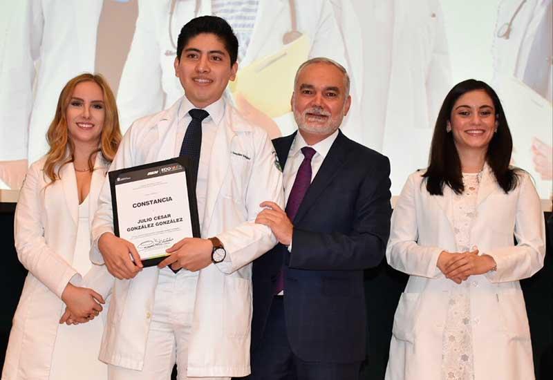 Más de 300 médicos concluyen su internado de pregrado en el Edoméx