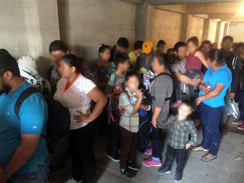 Policías trasladan a 44 migrantes que estaban refugiados en Ecatepec