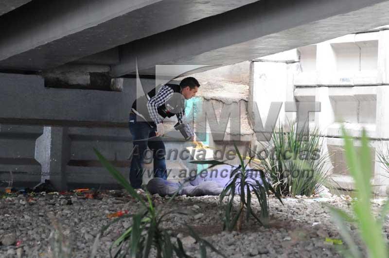 """Localizan cadáver """"encobijado"""" bajo los puentes de Tollocan"""