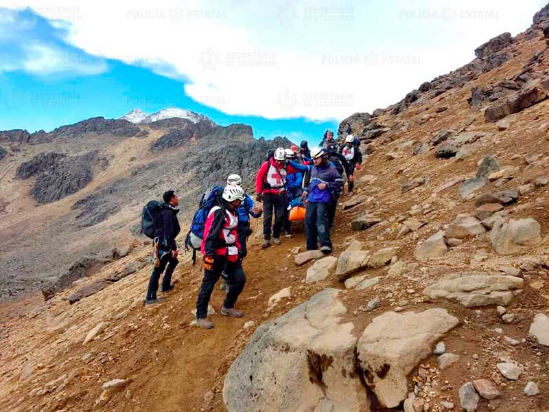 Servicios de emergencia rescatan a alpinista que cayó en el volcán Iztaccíhuatl
