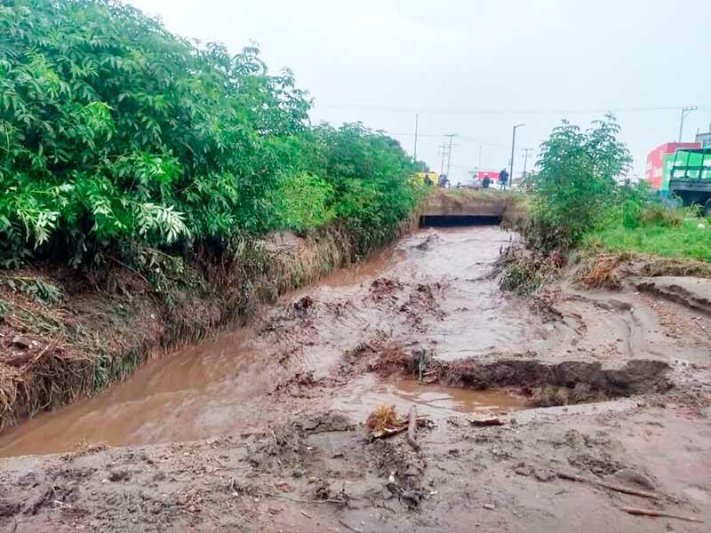 CAEM trabaja para liberar la carretera Toluca Tenango por desbordamiento de río El Jaral