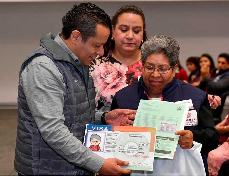 Adultos mayores reciben Visa para reencontrase con familiares en EU