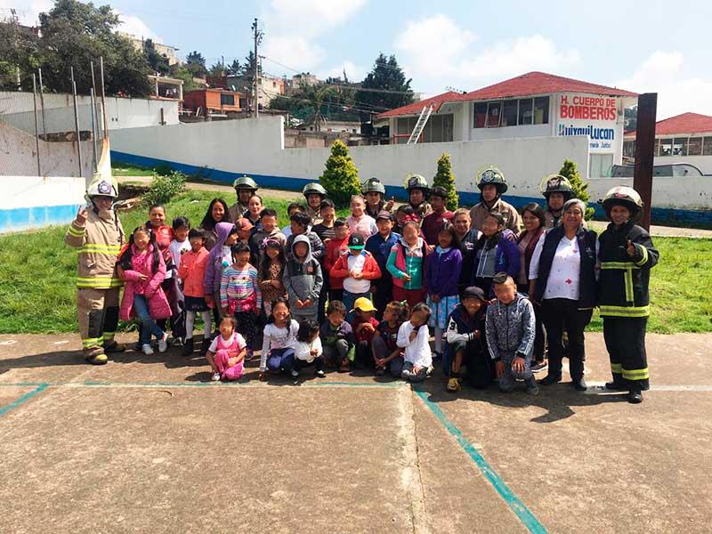 Bomberos de Huixquilucan imparten pláticas a menores sobre que hacer en caso de incendio