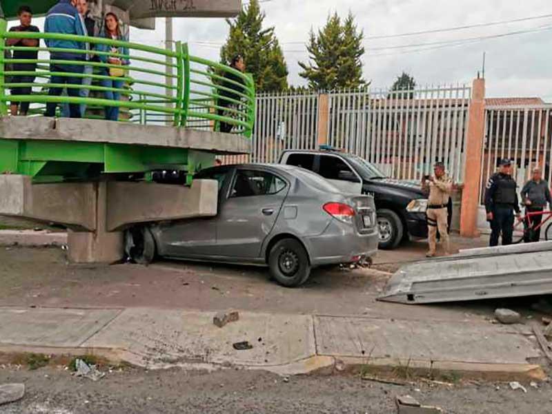 Tras persecución, probables secuestradores chocan contra puente en Metepec