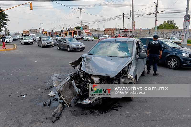 Patrulla de Zinacantepec choca contra dos autos y deja una mujer lesionada