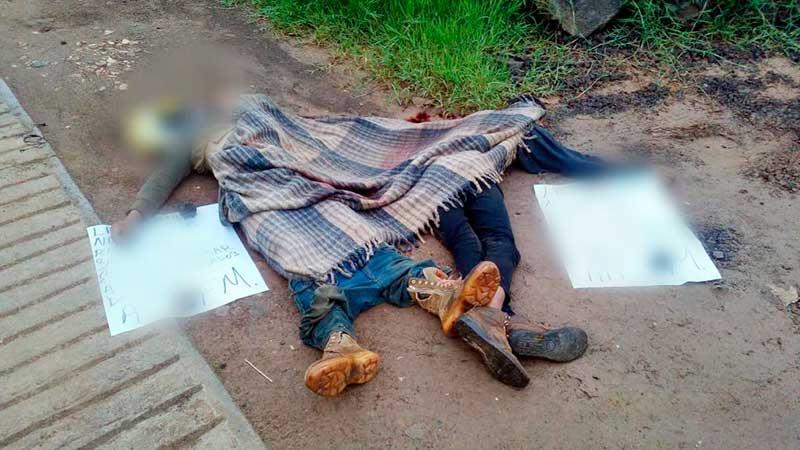 Asesinan a dos hombres en Tejupilco, les dejan cartulinas con mensaje