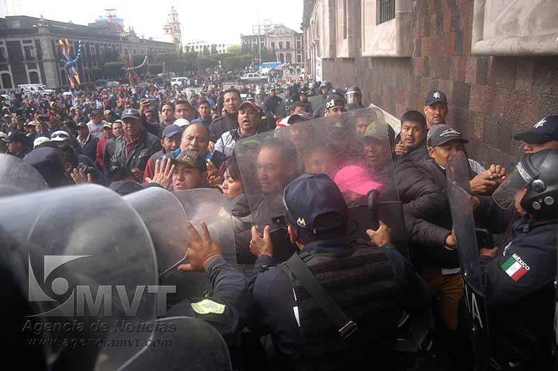 Se confrontan policías con habitantes de Donato Guerra en palacio de gobierno