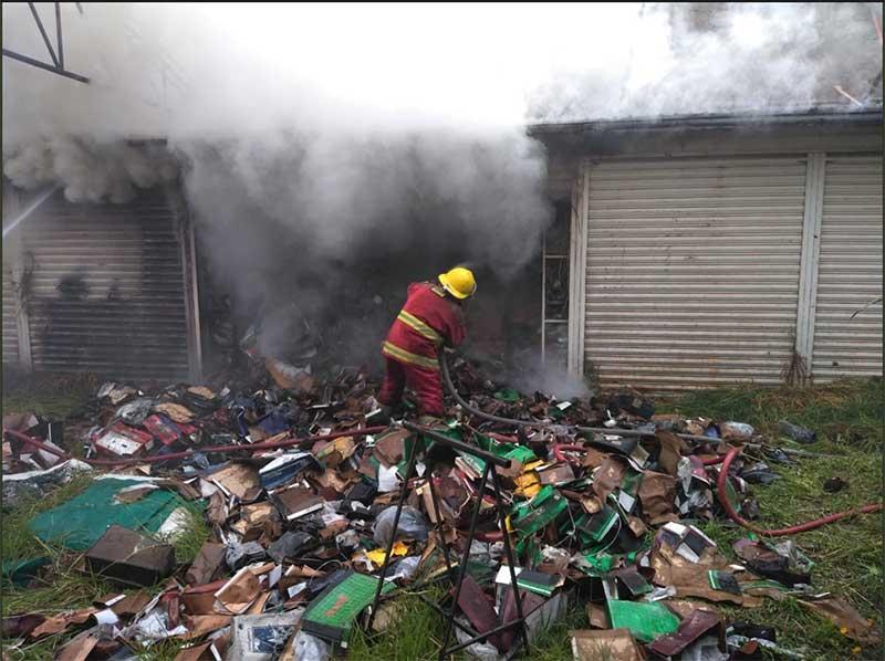 Se incendian bodegas de calzado en San Mateo Atenco