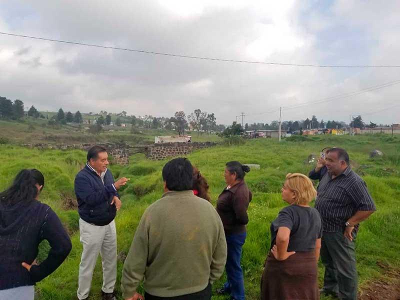 Luis Maya Doro supervisa los trabajos de rastreo y cuneteo de caminos