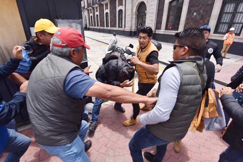 Fotoperiodistas son agredidos por documentar decomiso a ambulantes en Toluca