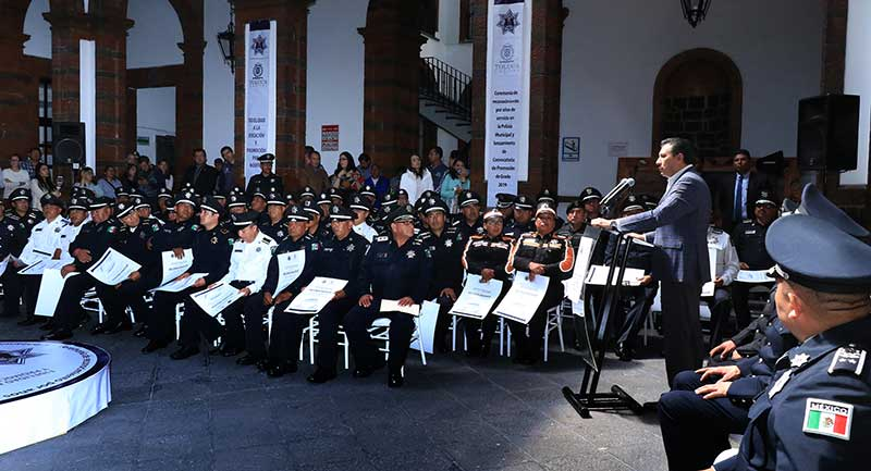Policías de Toluca reciben reconocimiento por años de servicio