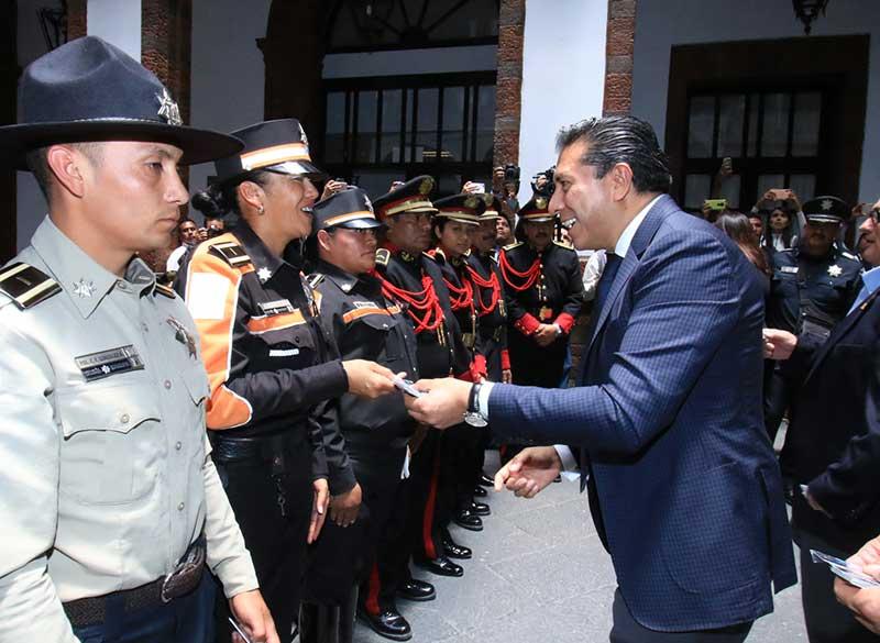 """Alcalde entrega a policías tarjeta de descuentos """"Toluca leal contigo"""""""