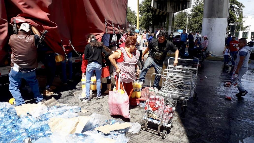 En 35 minutos rapiñan toneladas de refrescos de trailer accidentado en Pilares