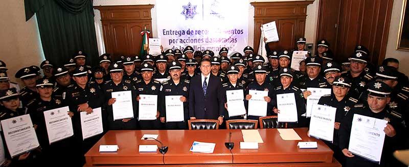 Reconocen y entregan estímulos a policías de Toluca por acciones destacadas