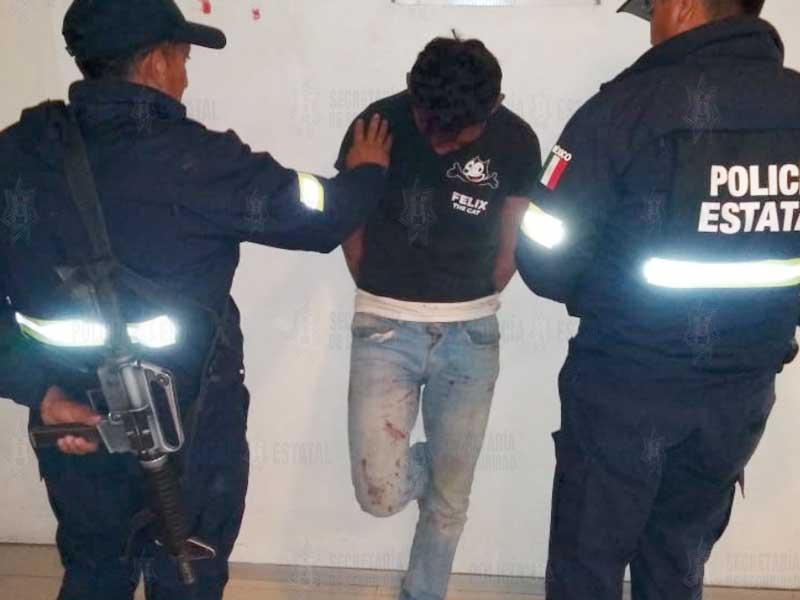 Policías rescatan en Otzolotepec a sujeto de ser linchado por supuesto robo a casa habitación