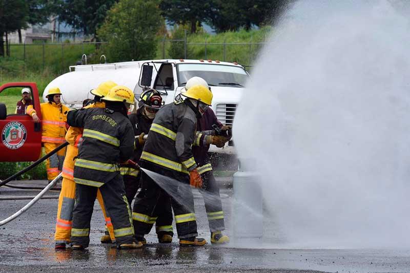 Reconoce Gaby Gamboa labor de los bomberos en Metepec