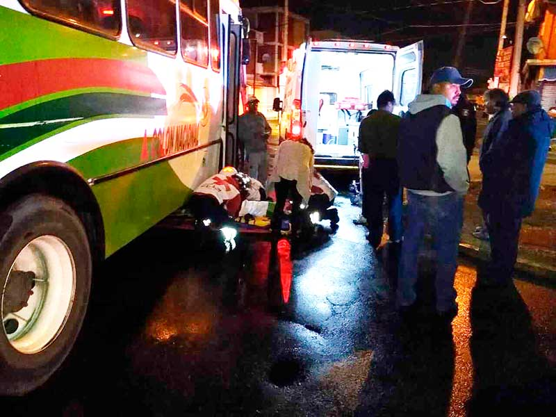 Camión atropella a adulto mayor en Metepec y lo rescatan debajo de las llantas