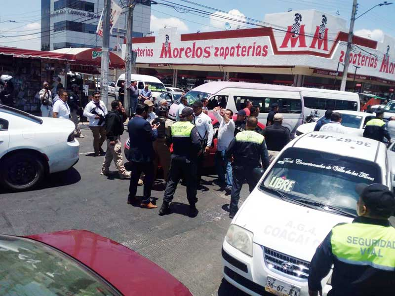 "Detienen a policías de Coacalco; pedían ""mordida"" para liberar un camión"