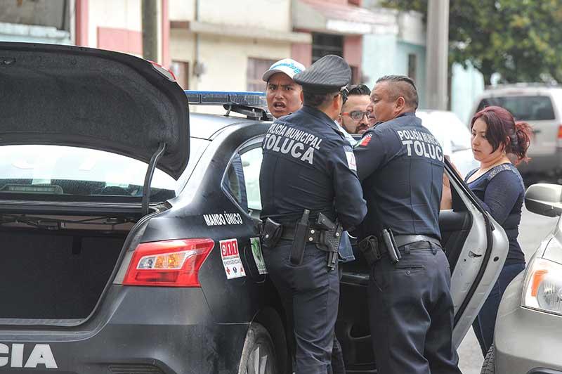 ¡Puedes ver pero no puedes grabar! Policías durante detención en Toluca