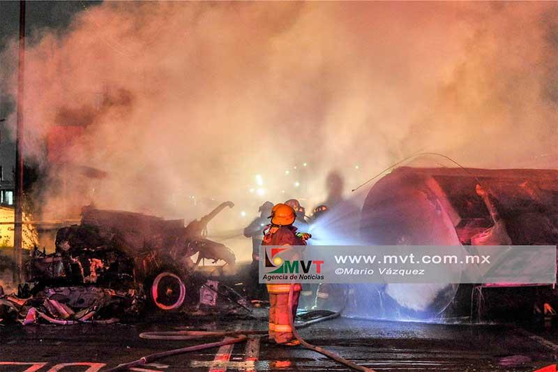 Vuelca y se incendia pipa en Av. Las Torres, una persona muere calcinada