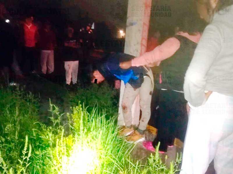 Policías rescatan de ser linchado a presunto ratero de una motocicleta en San Pablo Autopan