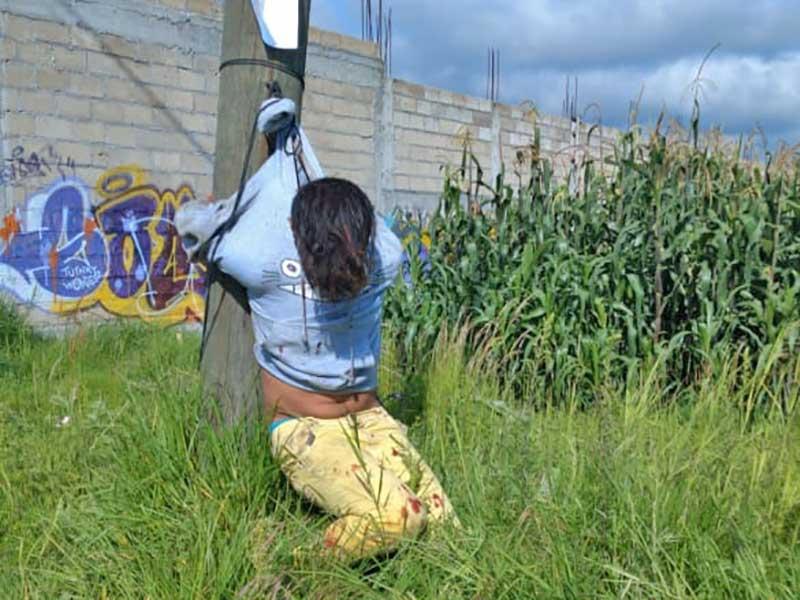 Detienen a presunto ladrón y lo amarran a un poste en San Andrés Cuexcontitlán, Toluca